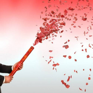 Κανονάκι κομφετί χειρός με κόκκινες μεταλλικές καρδιές 80 cm Andrikakis Fireworks